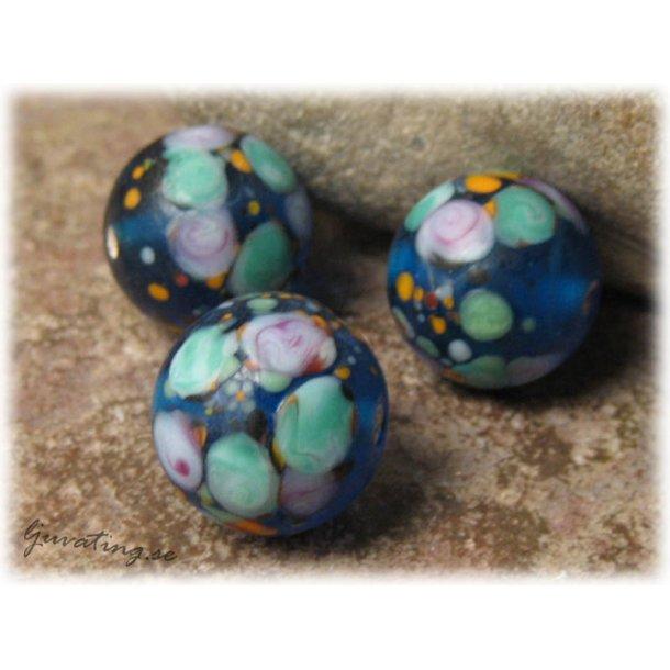 Matt aqua blå rund pärla m blommor ca 15 mm