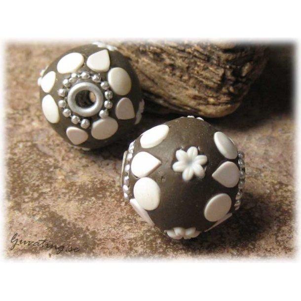 Kashmiri pärla brun med vita detaljer ca 18 mm