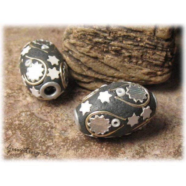 Pärla mörk med silver och vita detaljer ca 21x14mm