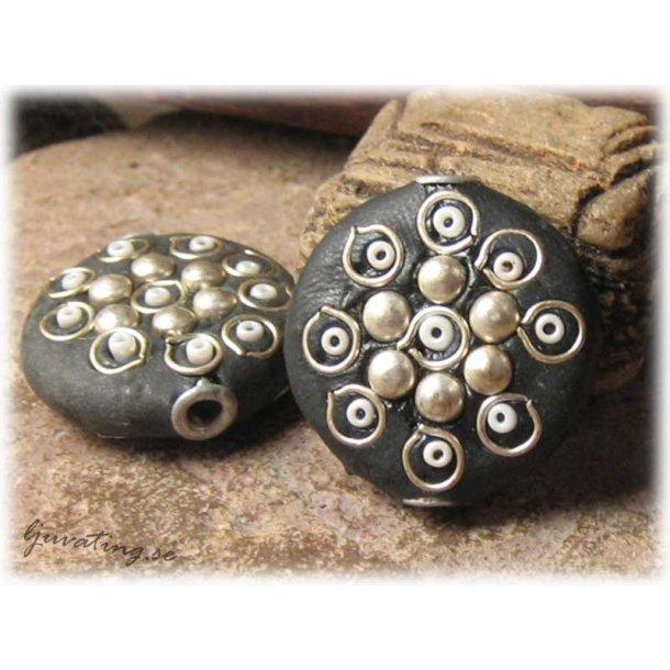 Pärla svart flat rund med silverdetaljer ca 26 mm