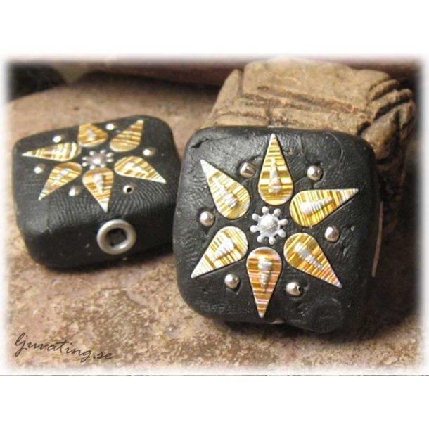 Pärla svart fyrkant med dekor ca 29x29 mm