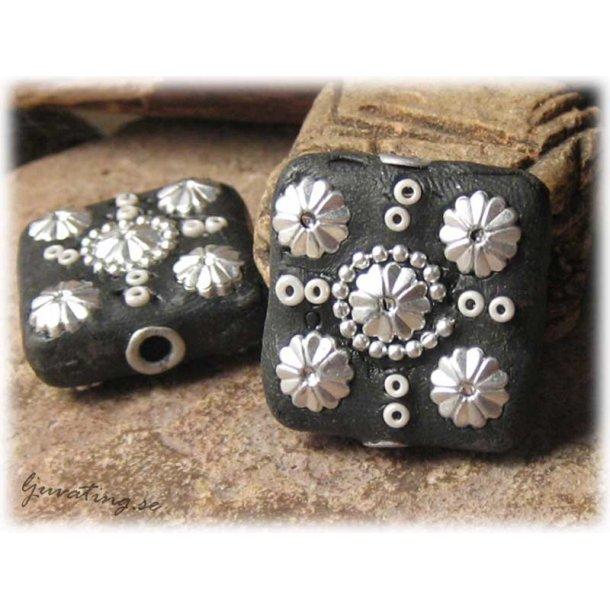 Pärla svart flat fyrkant med silverdekor ca26x26mm