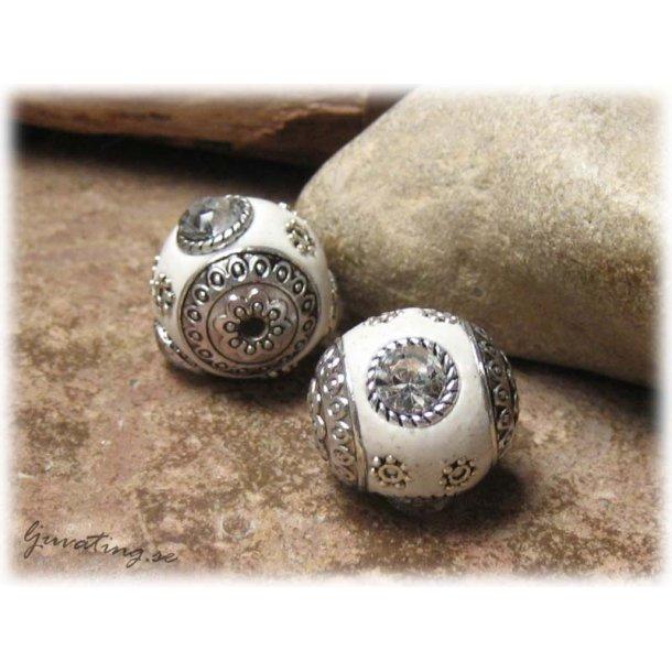 Vit pärla med metalldetaljer o clear strass