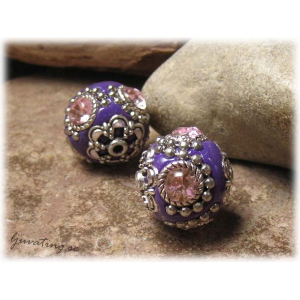 Lila pärla med metalldetaljer och rosa strass