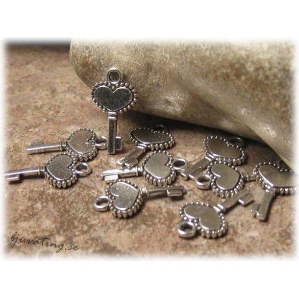 Berlock liten nyckel med hjärta 5-pack ca 17x10 mm
