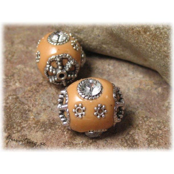 Kolabrun pärla med metalldetaljer och clear strass