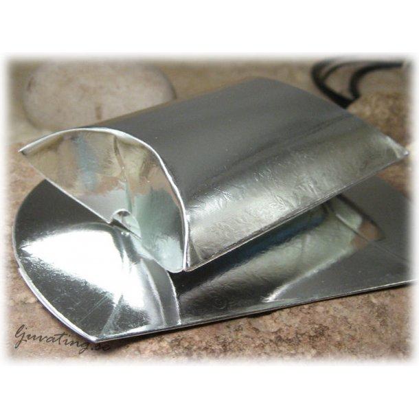 Ask i glansig silverfärg med mönster ca 7x8x3 cm