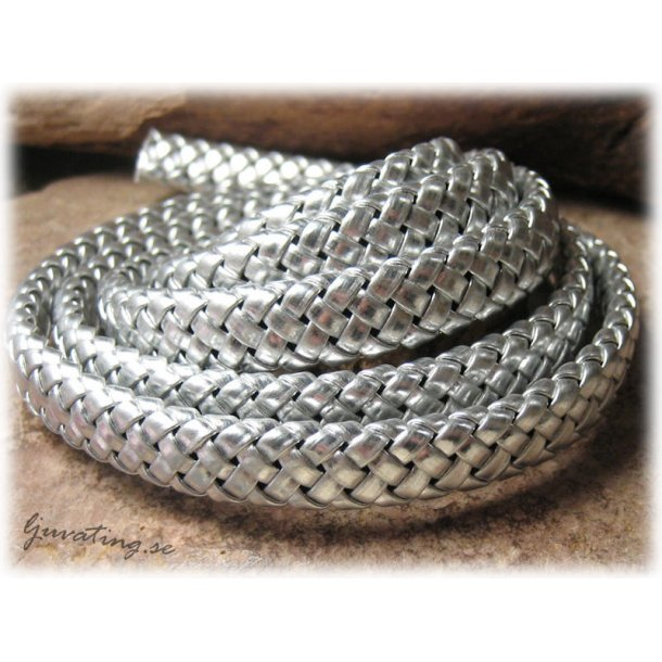 Flätat konstläder silverfärgat platt bredd ca 9 mm