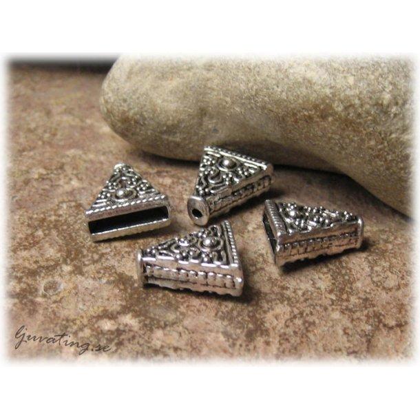Mönstrad platt kon pärlkåpa i metall ca 15x14 mm