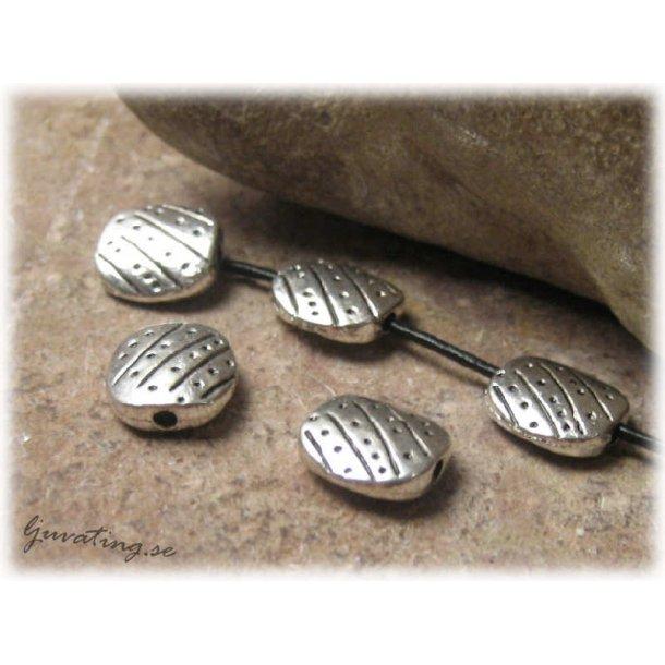Metallpärla platt oval med prickar 5-pack 11x10 mm
