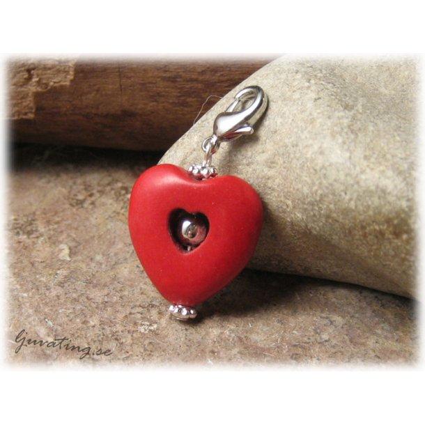 Berlock/hänge hjärta röd howlite med klolås