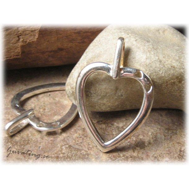 Hänge hjärta i silverpläterad metall ca 40x29 mm